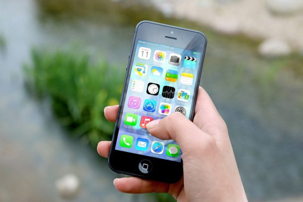 Segurando Iphone